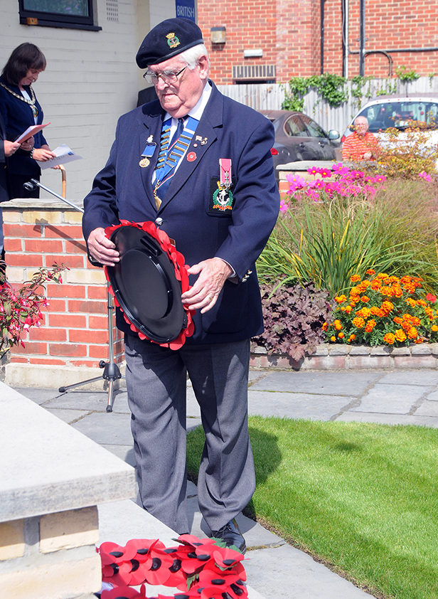 Mick Arnold MBE lays a wreath