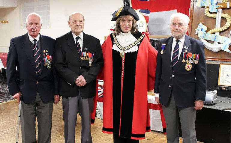 The Mayor of Ferndown congratulations the three heroes