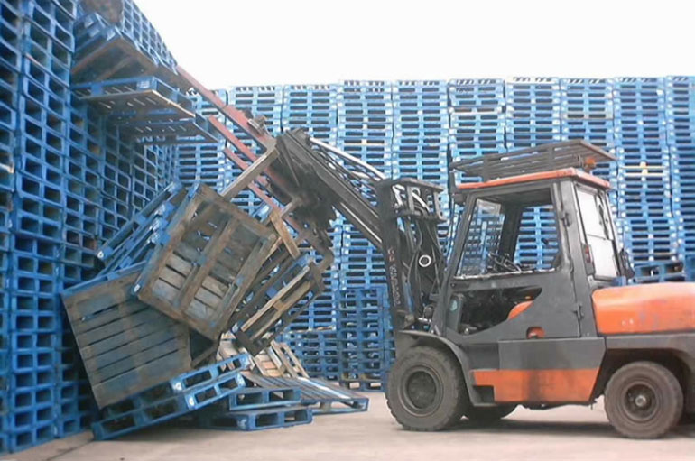 Tractor stacking pallets
