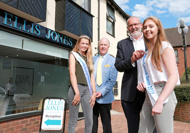Ringwood Carnival Queen start her busy procession